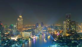 Os arranha-céus com lasers mostram na noite, cidade de Banguecoque, Tailândia imagem de stock royalty free