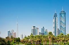 Os arranha-céus da cidade estacionam o 4 de junho de 2013 em Dubai. Imagens de Stock Royalty Free