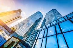 Os arranha-céus modernos no distrito financeiro no por do sol com lente alargam-se Imagens de Stock