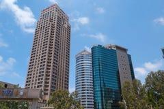 Os arranha-céus na rua em Tel Aviv ao lado do Ha-Yahalomim jardinam israel Imagens de Stock