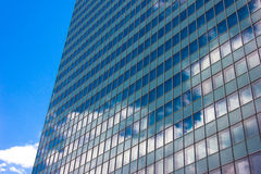 Os arranha-céus veem com a reflexão do conceito do negócio da construção do céu azul Imagens de Stock