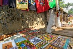 Os artesanatos coloridos estão sendo preparados para a venda na vila de Pingla, Índia imagens de stock