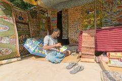 Os artesanatos coloridos estão sendo preparados para a venda na vila de Pingla, Índia foto de stock