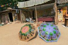 Os artesanatos coloridos estão sendo preparados para a venda na vila de Pingla, Bengal ocidental, Índia fotos de stock