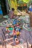 Os artesanatos estão sendo preparados para a venda na vila de Pingla, Bengal ocidental, Índia imagem de stock royalty free
