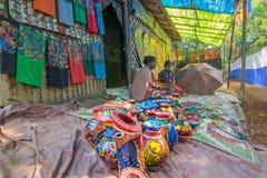 Os artesanatos estão sendo preparados para a venda na vila de Pingla, Bengal ocidental, Índia fotos de stock