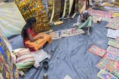 Os artesanatos perpared para a venda pelo homem e pela mulher indianos rurais na vila de Pingla, Índia Imagem de Stock