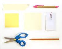 Os artigos de papelaria fornecem clipes de papel e fita do lápis da pena do papel de nota das tesouras no fundo branco Fotos de Stock Royalty Free