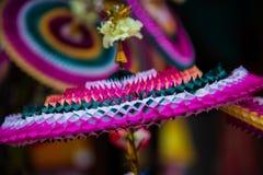 Os artigos decorativos feitos de papel de Colourfull vendem no mercado em Chidambaram, Tamilnadu, Índia imagens de stock royalty free