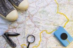 Os artigos do viajante em um mapa fotos de stock royalty free