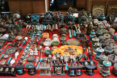 Os artigos religiosos são vendidos no mercado de Thimphu (Butão) Fotografia de Stock