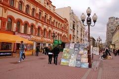 Os artistas da rua estão vendendo seus retratos (Moscovo) Fotografia de Stock Royalty Free