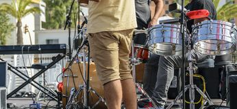 Os artistas de um grupo musical preparam instrumentos e som para um p Imagens de Stock
