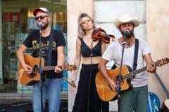 Os artistas executam na rua Festival dos Buskers NASHVILLE & ESPINHAS DORSAIS imagem de stock