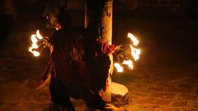 Os artistas experientes que executam o fogo tradicional mostram com danças e pingamento vídeos de arquivo