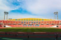 os assentos no estádio pisam bleacher com o polo claro do ponto imagem de stock
