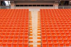 os assentos no estádio pisam bleacher com o polo claro do ponto imagens de stock