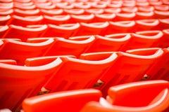 os assentos no estádio pisam bleacher com o polo claro do ponto fotos de stock