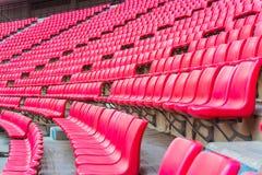 os assentos no estádio pisam bleacher com o polo claro do ponto fotos de stock royalty free