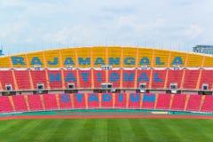 os assentos no estádio pisam bleacher com o polo claro do ponto fotografia de stock