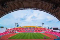 os assentos no estádio pisam bleacher com o polo claro do ponto imagens de stock royalty free