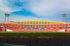 Os assentos vermelhos no estádio pisam bleacher foto de stock