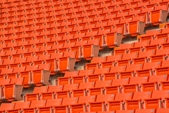 Os assentos vermelhos no estádio pisam bleacher imagens de stock royalty free