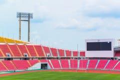Os assentos vermelhos no estádio pisam bleacher foto de stock royalty free
