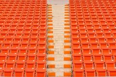 Os assentos vermelhos no estádio pisam bleacher imagens de stock
