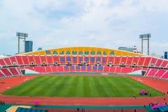 Os assentos vermelhos no estádio pisam bleacher imagem de stock royalty free