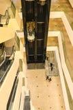 Os assoalhos superiores dentro da galeria do shopping da cidade de Minsk, Bielorrússia, em fevereiro de 2017 blurry fotos de stock