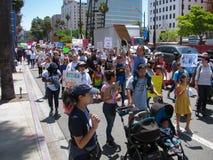 Os ativistas enchem as ruas que opõem o tratamento do trunfo dos imigrantes imagem de stock