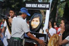 Os ativistas indonésios comemoram a concessão do prêmio de paz de Malala Yousafzai Nobel imagem de stock