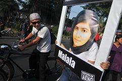 Os ativistas indonésios comemoram a concessão do prêmio de paz de Malala Yousafzai Nobel fotografia de stock