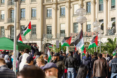 Os ativistas palestinos guardam uma reunião no centro de um Euro principal fotos de stock