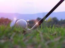 Os atletas colocaram as bolas de golfe para baixo no campo foto de stock