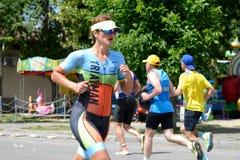 Os atletas competem em componente running durante a competição internacional do triathlon Foto de Stock Royalty Free