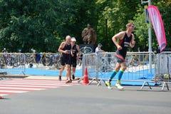Os atletas competem em componente running durante a competição internacional do triathlon Imagem de Stock Royalty Free