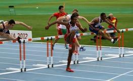 Os atletas competem nos 110 medidores finais Fotos de Stock Royalty Free