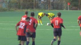 Os atletas dos desconhecidos estão jogando o futebol vídeos de arquivo