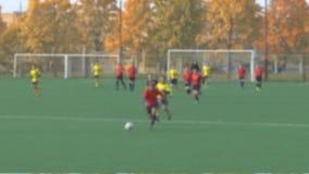 Os atletas dos desconhecidos estão jogando o futebol filme