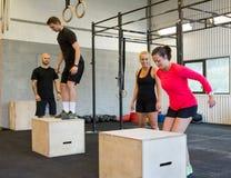Os atletas encaixotam o salto Imagem de Stock