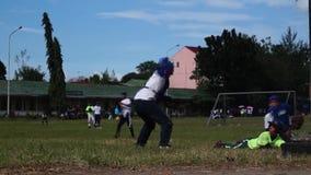 Os atletas masculinos estão treinando rigorosamente no travamento para a competição de vinda do basebol video estoque