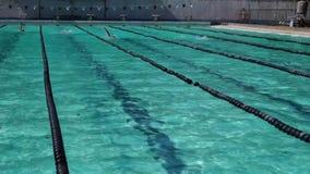 Os atletas masculinos são curso traseiro treinado à vista do evento desportivo anual de vinda da natação vídeos de arquivo