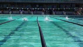 Os atletas masculinos são estilo livre treinado à vista do evento desportivo anual de vinda da natação vídeos de arquivo