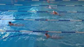 Os atletas novos competem na água azul clara video estoque
