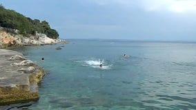Os atletas novos praticam a natação dos bruços no mar filme