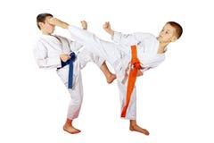 Os atletas treinam exercícios emparelhados em um fundo branco fotos de stock royalty free