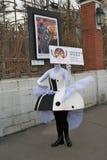 Os atores da rua executam no jardim do eremitério em Moscou imagem de stock royalty free