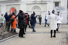 Os atores da rua executam no jardim do eremitério em Moscou imagem de stock